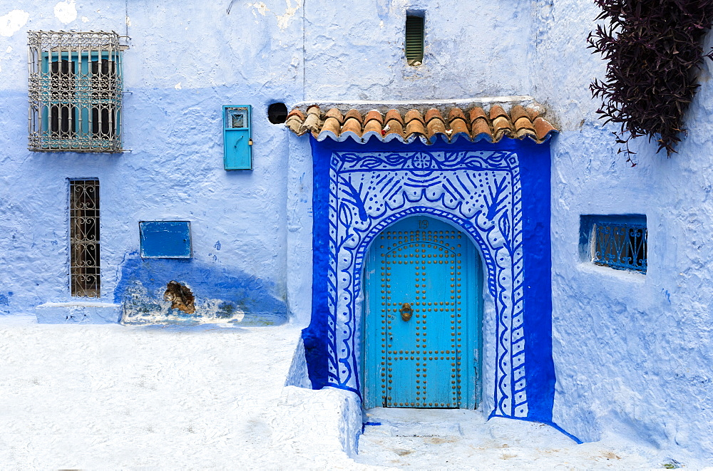 Typical scene in the old town of Chefchaouen (Chaouen) (The Blue City), Morocco, North Africa, Africa - 321-5915