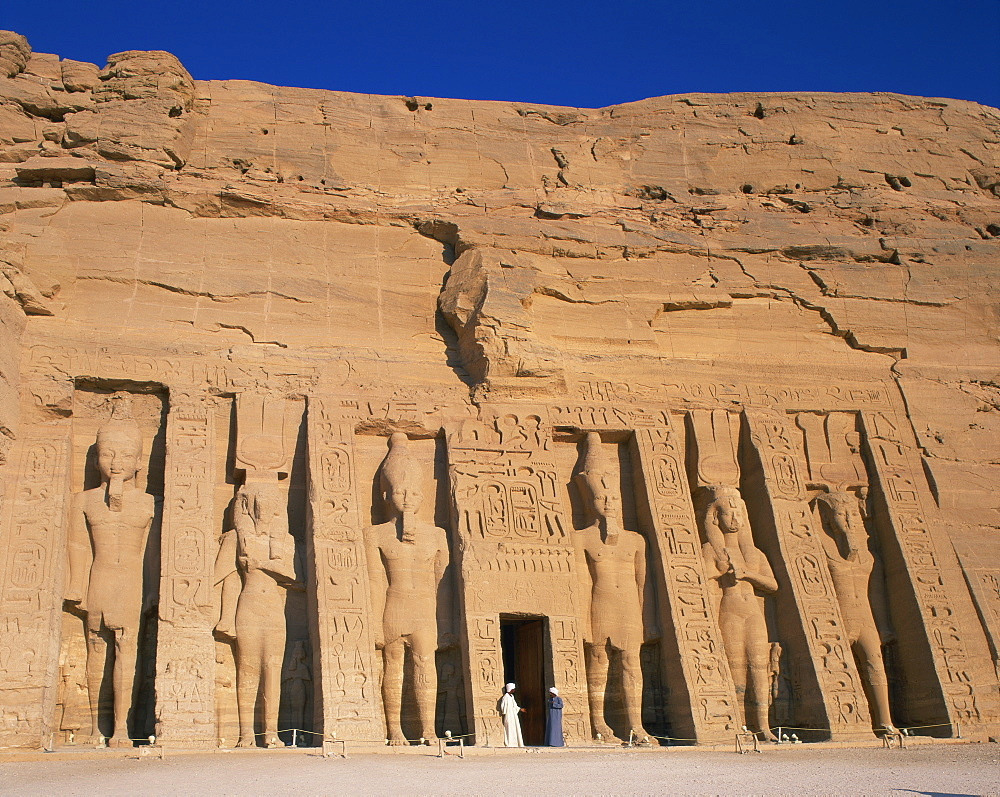 Statues of Ramses II and Queen Nefertari on front of the Temple of Hathor, built in honour of Queen Nefertari, Abu Simbel, UNESCO World Heritage Site, Nubia, Egypt, North Africa, Africa