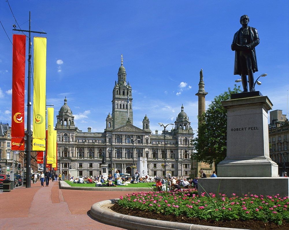 Glasgow Town Hall and monument to Robert Peel, George Square, Glasgow, Strathclyde, Scotland, United Kingdom, Europe