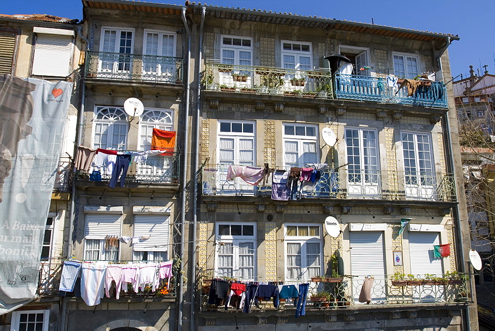 Tenement housing, Rua Nove da Alfandega, Miragaia area of Oporto, Portugal, Europe - 375-706