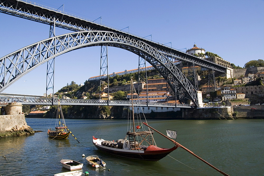 Dom Luis 1 bridge over the River Douro, Cais de Ribeira waterfront, with Vila Nova de Gaia opposite, Oporto, Portugal, Europe - 375-814