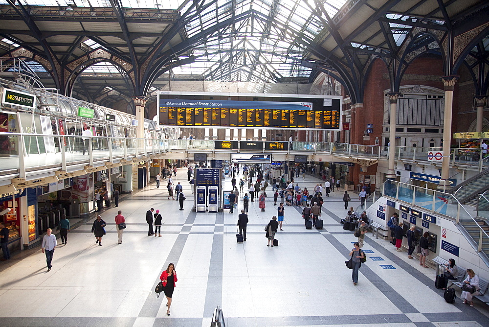 Main concourse at Liverpool Street station with view of screen display, London, England, United Kingdom, Europe