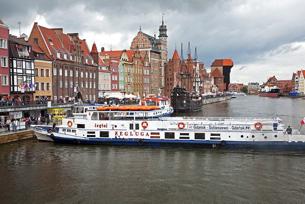 View along River Motlawa showing harbour and old Hanseatic architecture, Gdansk, Pomerania, Poland, Europe - 377-3927
