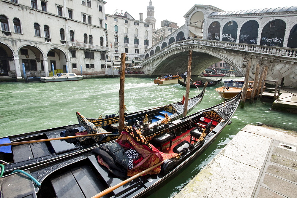 Gondolas moored by Rialto Bridge, Venice, UNESCO World Heritage Site, Veneto, Italy, Europe - 385-1666
