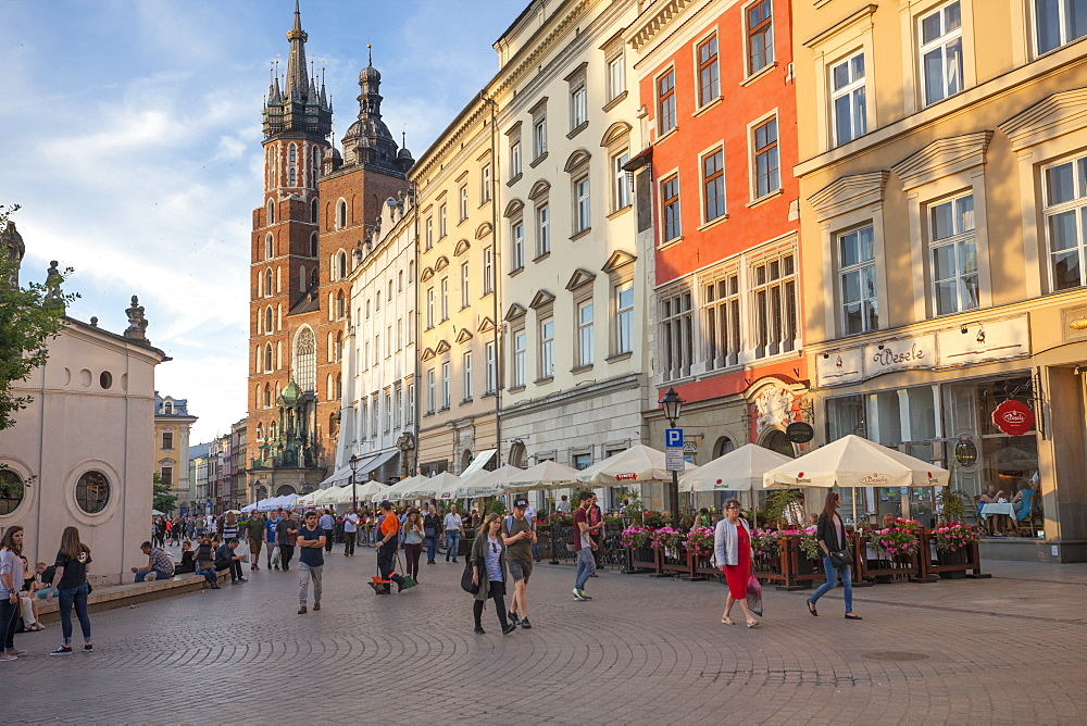 Cafes line the old town centre of Rynek Glowny - St Mary's Basillica - 385-1772