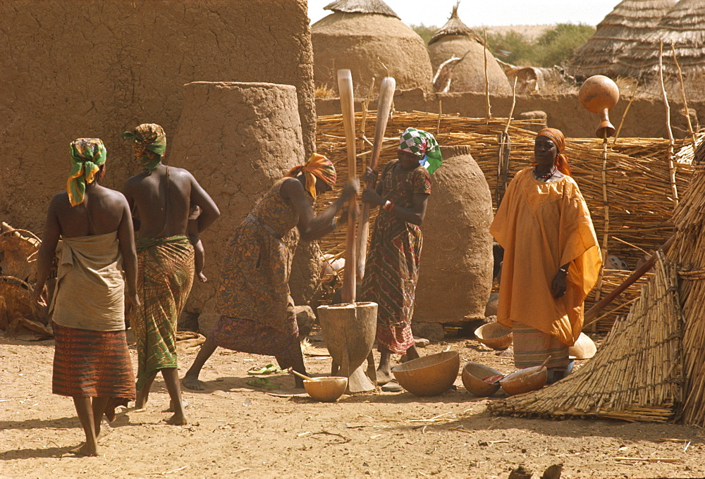 Women pounding millet at Abalak, Niger, Africa - 39-2510