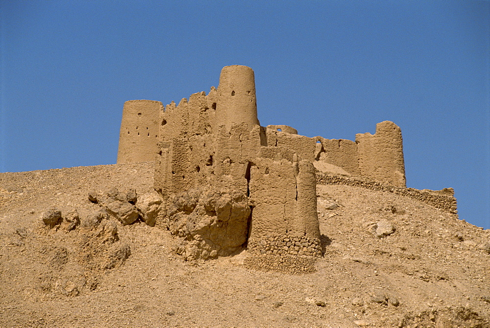 Fort on hilltop at the Sultan's customs post, Tarim, in the Wadi Hadramaut, south Yemen, Middle East