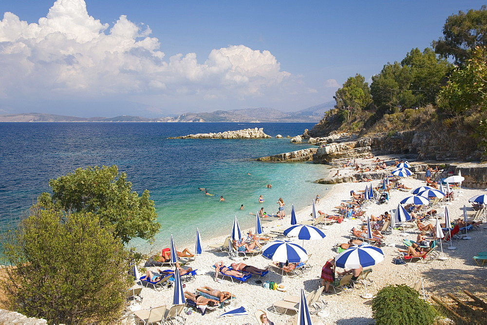Beach crowded with holidaymakers, Kassiopi, Corfu, Ionian Islands, Greek Islands, Greece, Europe - 390-2913
