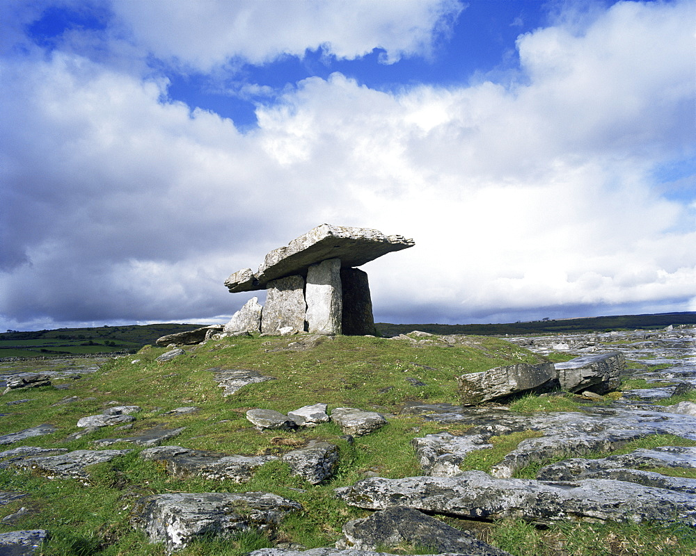 Poulnabrone Dolmen near Lisdonvarna, County Clare, Munster, Eire (Republic of Ireland), Europe