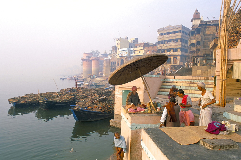Guru and worshippers at Scindia Ghat, Varanasi (Benares), Uttar Pradesh, India, Asia