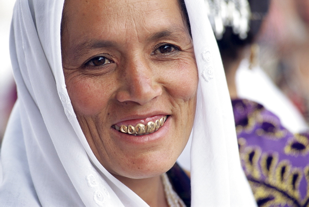 Portrait of an Uzbek woman with gold teeth in the main food market, Samarkand, Uzbekistan, Central Asia, Asia