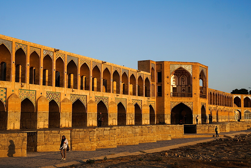 Khajo Bridge built by Shah Abbas in around 1650, a favourite place for young people to meet, Isfahan, Iran, Middle East