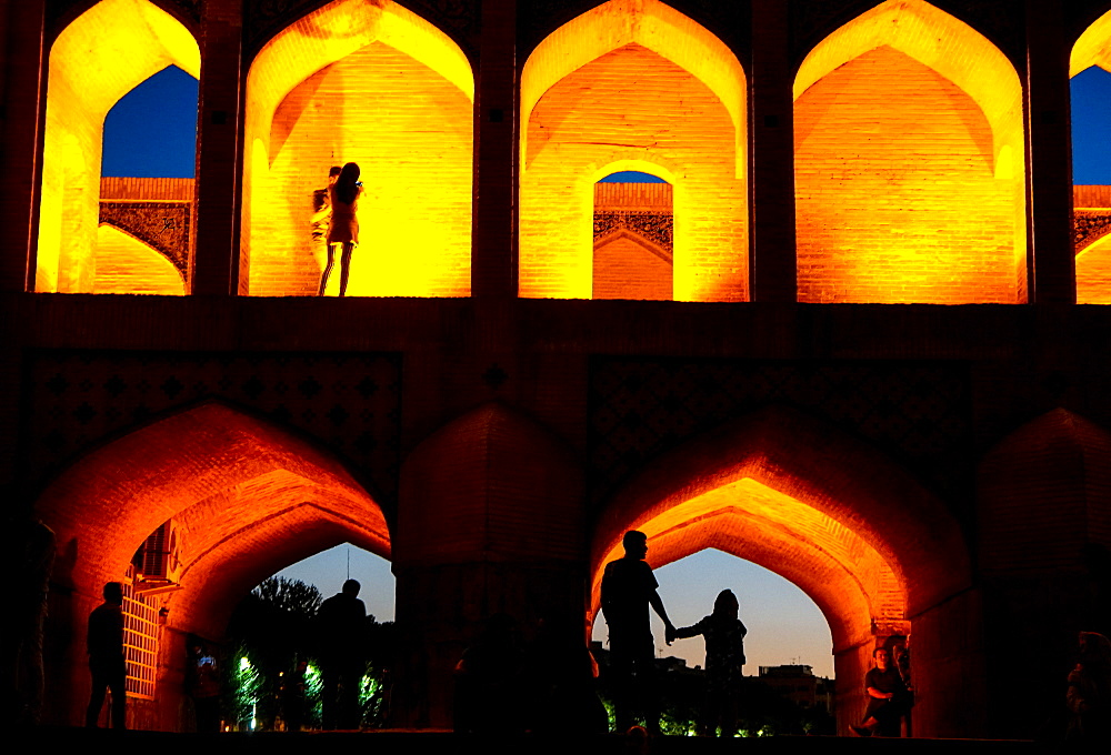 Khajo Bridge built by Shah Abbasin around 1650, now a favourite place for young people to meet, Isfahan, Iran, Middle East