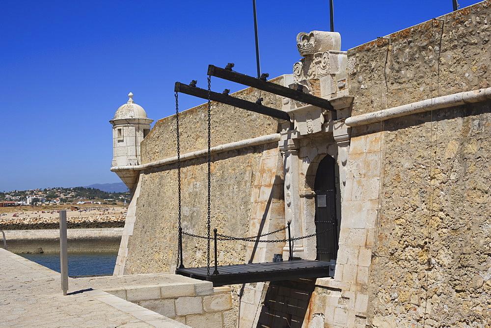 The Fort of Nossa Senhora da Penha de Franca, popularly known as the Fortaleza Ponta da Bandeira, built towards the end of the 17th century to defend the harbour, Lagos, Algarve, Portugal, Europe - 462-2466