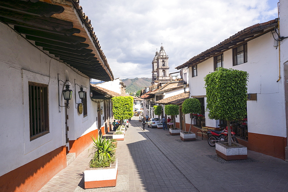 Typical street, in the distance the Parroquia de San Francisco de Assisi, Valle de Bravo, Mexico, North America