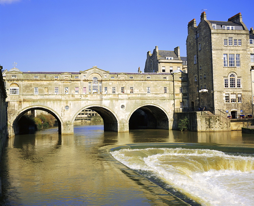 Pulteney Bridge and weir on the River Avon, Bath, Avon, England, UK