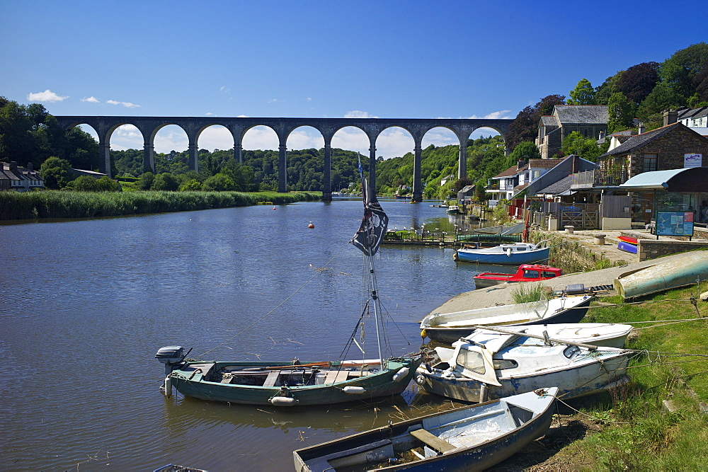Calstock and railway viaduct over the River Tamar, Cornwall, England, United Kingdom, Europe - 492-3556