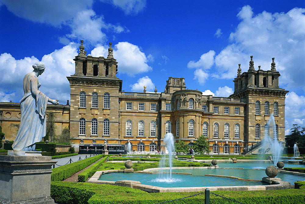 Water fountain and statue in the garden before Blenheim Palace, Oxfordshire, England, United Kingdom, Europe
