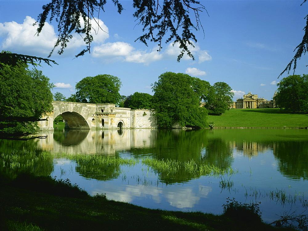 Bridge, lake and house, Blenheim Palace, Oxfordshire, England, United Kingdom, Europe