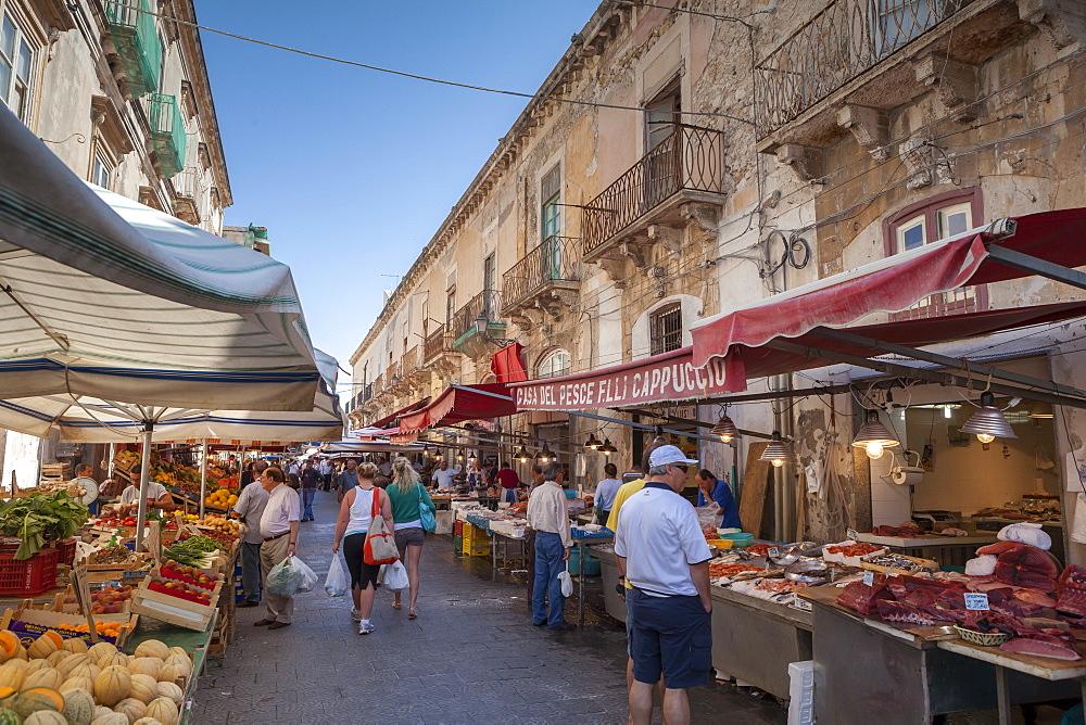 Street market, Ortigia, Syracuse, Sicily, Italy, Europe - 526-3804