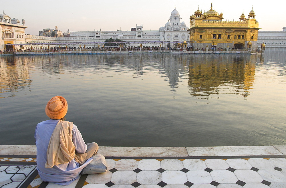 Sikh pilgrim sitting by holy pool, Golden Temple, Amritsar, Punjab state, India, Asia - 557-2915