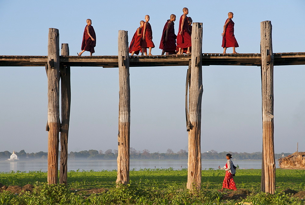 Villagers walk back and forth across footbridge of 1060 poles, Amarapura, Mandalay Division, Myanmar, Asia