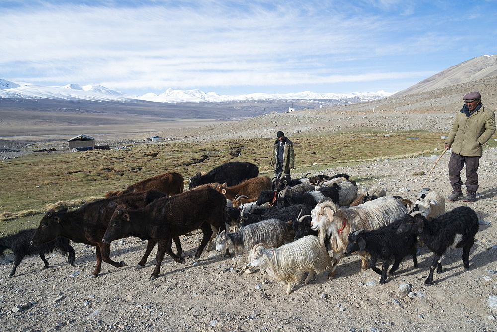 The road down into the Wakhan valley, Pamir region, Tajikistan, Central Asia