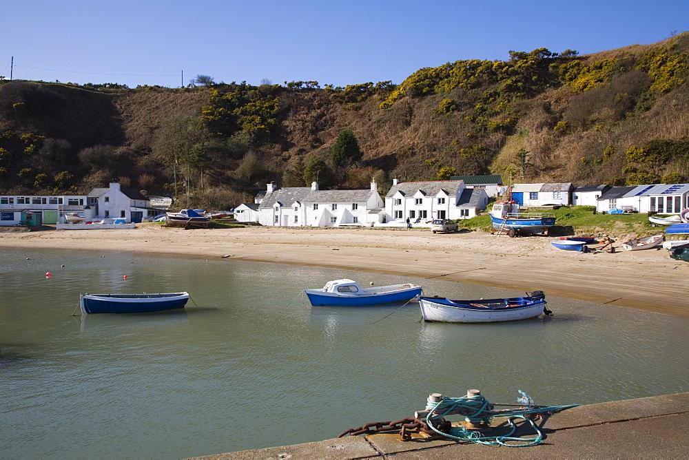 White cottages, beach and boats from jetty at Penrhyn Nefyn, small fishing port in Porth Nefyn Bay on Lleyn Peninsula, Morfa Nefyn, Gwynedd, North Wales, United Kingdom, Europe - 586-1411