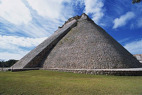 Magicians Pyramid at the Mayan site of Uxmal, UNESCO World Heritage Site, Uxmal, Yucatan, Mexico, North America