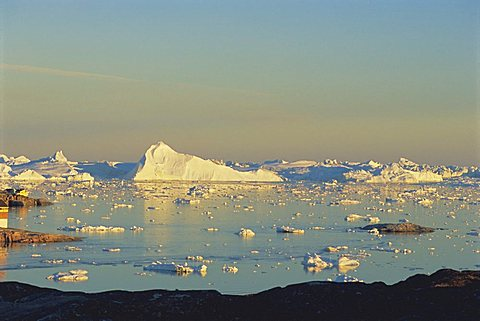 Coast near town of Ilulissat at 2.30 am enjoying the midnight sun in summer, west coast, Greenland, Polar Regions