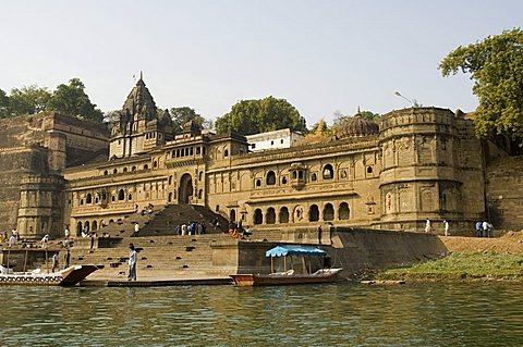Shiva Hindu temple and Ahylia Fort Complex on banks of the Narmada River, Maheshwar, Madhya Pradesh, India