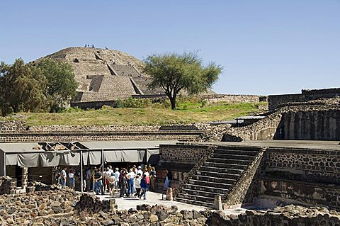Palace of the Jaguars in foreground with Pyramid of the Moon beyond, Teotihuacan, 150AD to 600AD and later used by the Aztecs, UNESCO World Heritage Site, north of Mexico City, Mexico, North America