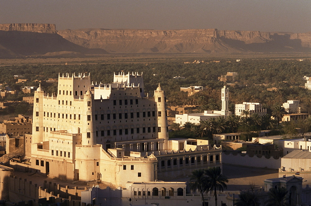 Sultan's Palace and Say'un village, Wadi Hadhramawt valley, South Yemen, Yemen, Middle East