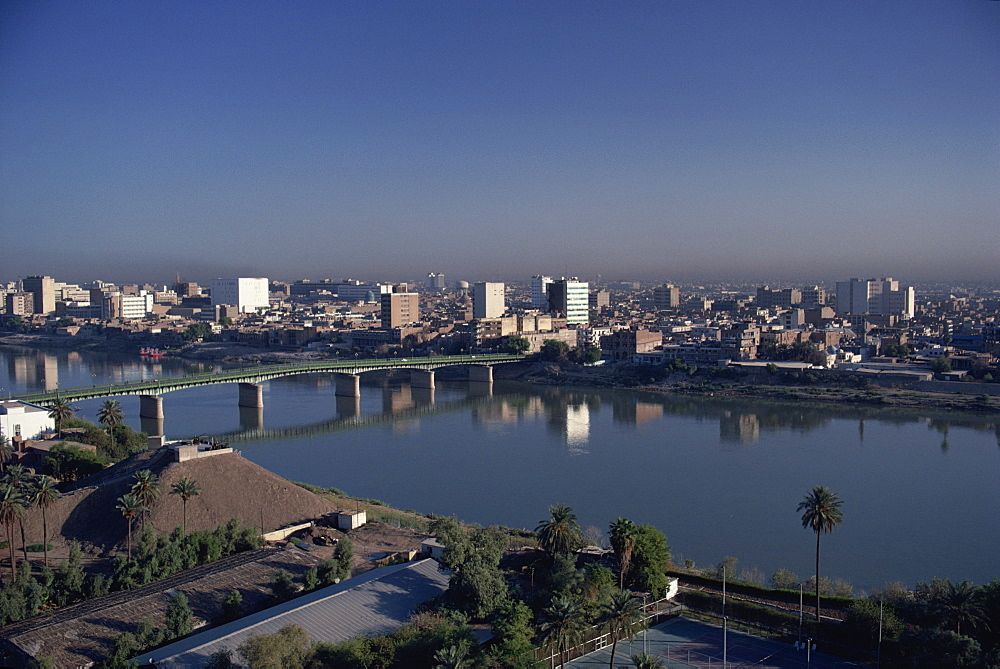 The Tigris River running through the city, Baghdad, Iraq, Middle East
