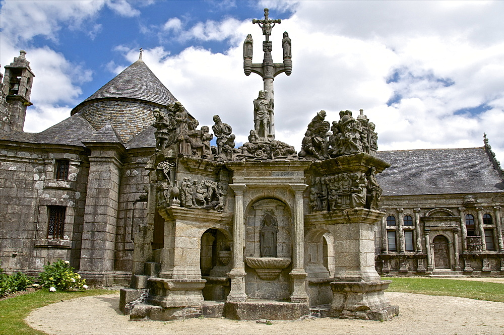Calvary dating from between 1581 and 1588, Guimiliau parish enclosure, Finistere, Brittany, France, Europe