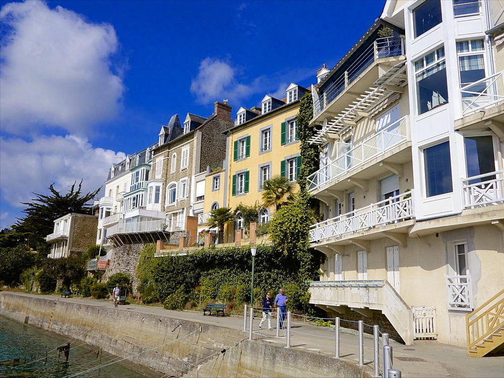 Promenade du Clair de Lune, along the seafront, Dinard, Ille et Villaine, Brittany, France, Europe