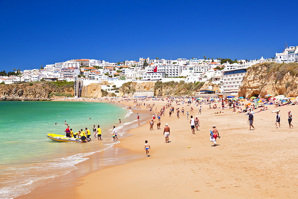 Holidaymakers on Fishermans Beach (Praia dos Pescadores), Albufeira Beach, Algarve, Portugal, Europe