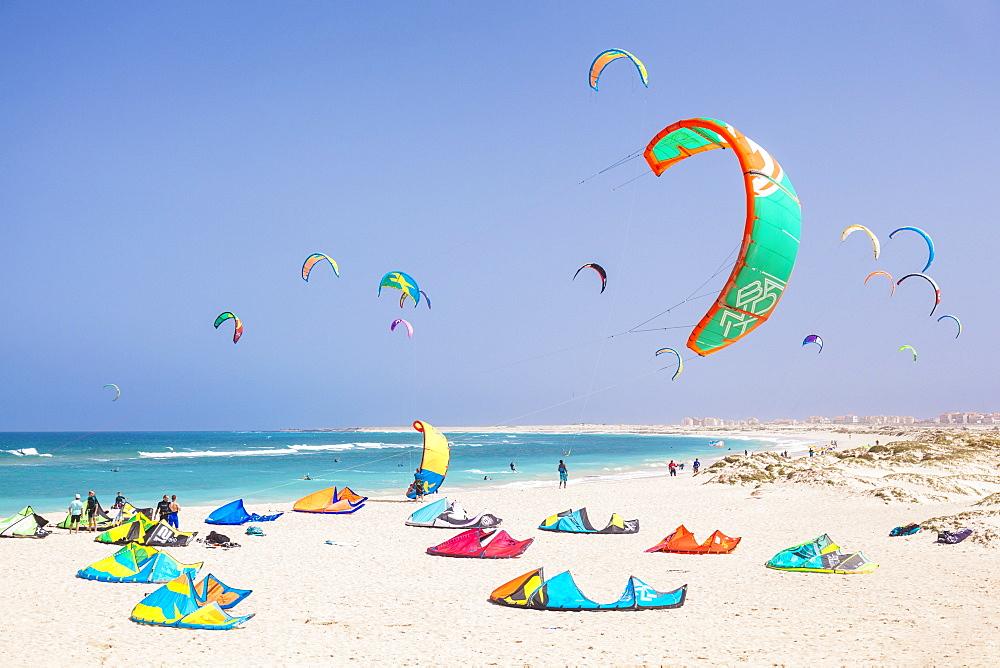 Kite surfers and kite surfing on Kite beach, Praia da Fragata, Costa da Fragata, Santa Maria, Sal Island, Cape Verde, Atlantic, Africa - 698-3210