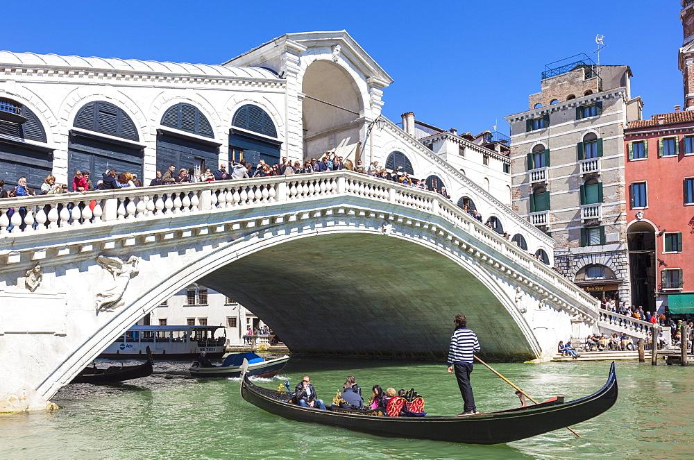Gondola with tourists going under the Rialto Bridge (Ponte del Rialto), Grand Canal, Venice, UNESCO World Heritage Site, Veneto, Italy, Europe - 698-3237