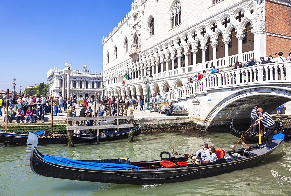 Gondola, with tourists, under the Ponte de Paglia, next to the Doges Palace (Palazzo Ducale), Venice, UNESCO World Heritage Site, Veneto, Italy, Europe