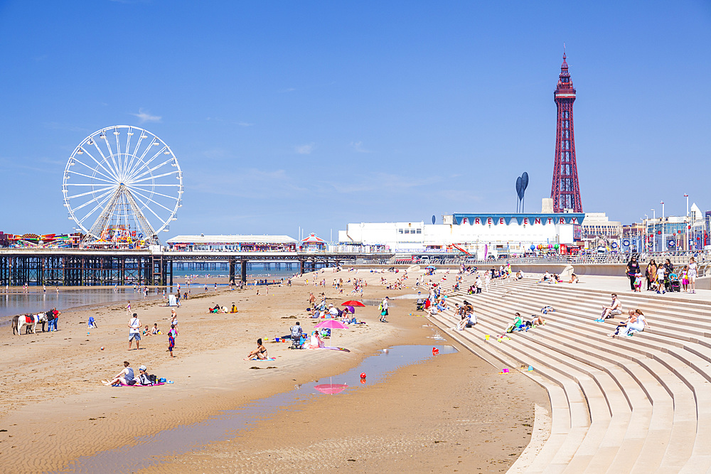 Blackpool tower, Blackpool beach, Blackpool pier with holidaymakers & tourists Blackpool Lancashire England GB UK Europe