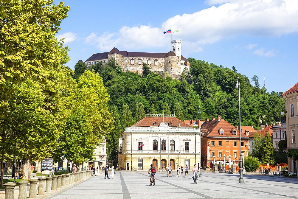 Ljubljana Castle with Slovenian flag behind the Slovenian Philharmonic building, Congress Square, Ljubljana, Slovenia Europe - 698-3466