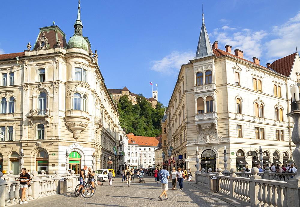 Ljubljana Triple Bridge to the old town and Ljubljana Castle on Castle Hill, city centre, Ljubljana, Slovenia, Europe - 698-3471