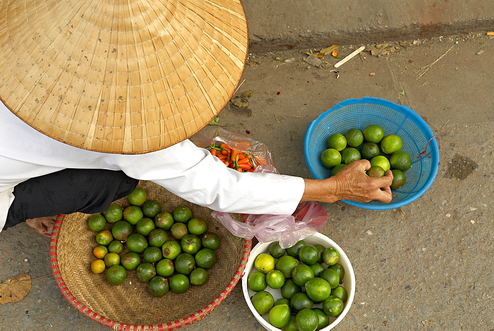 Lemon seller, Market in the old quarter, Hanoi, Vietnam, Indochina, Southeast Asia, Asia