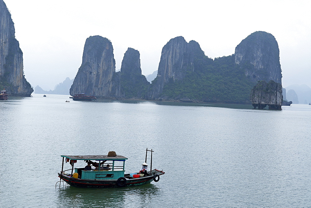 Halong (Ha Long) Bay, UNESCO World Heritage Site, Vietnam, Indochina, Southeast Asia, Asia