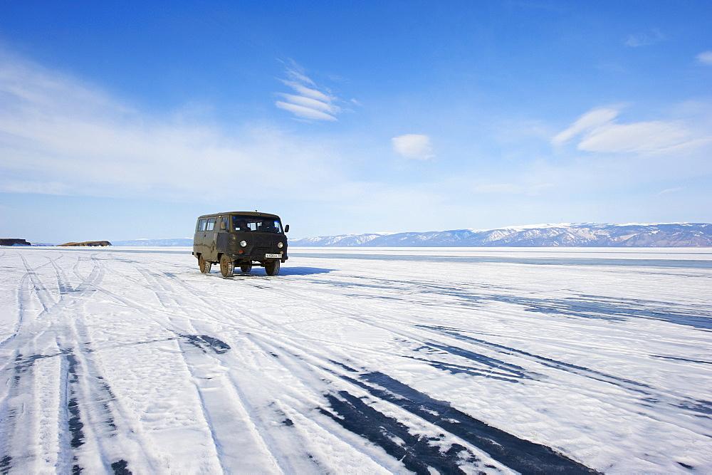 Driving on the lake, Maloe More (Little Sea), frozen lake during winter, Olkhon island, Lake Baikal, UNESCO World Heritage Site, Irkutsk Oblast, Siberia, Russia, Eurasia - 712-2678