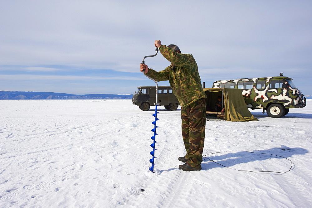 Fishing on the ice, Maloe More (Little Sea), frozen lake during winter, Olkhon island, Lake Baikal, UNESCO World Heritage Site, Irkutsk Oblast, Siberia, Russia, Eurasia  - 712-2679