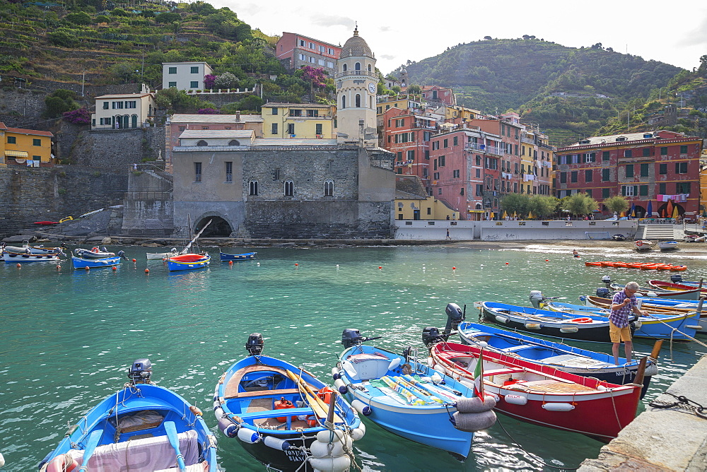 Harbour and boats, Vernazza, Cinque Terre, UNESCO World Heritage Site, Liguria, Italy, Europe - 718-2226