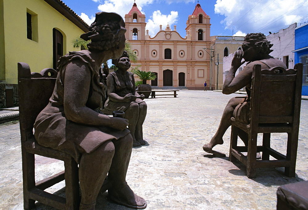 Clay figures in Plaza del Carmen, CamagŸey, Cuba, West Indies, Central America - 722-115