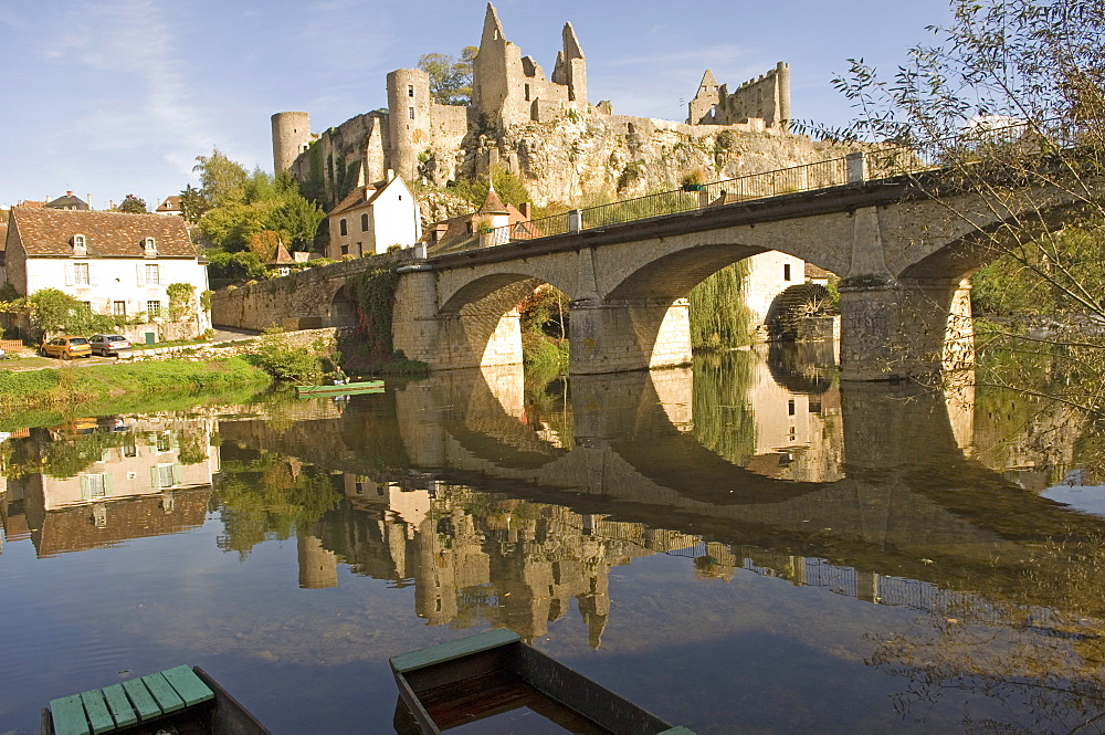 The medieval castle built between the 11th and 15th centuries and the Anglin River, Angles sur l'Anglin, Vienne, Poitou-Charentes, France, Europe